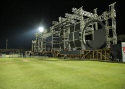 17 صورة- مسرح ضخم في تجهيزات حفل عمرو دياب بالجامعة الأمريكية