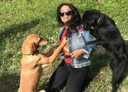 سلمى حايك تحتفل بالربيع مع كلبيها في كرواتيا