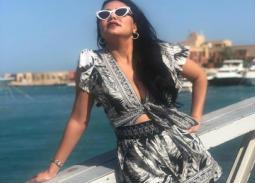 صورة- منى زكي ورانيا يوسف والسعدني يحتفلون بشم النسيم بملابس البحر