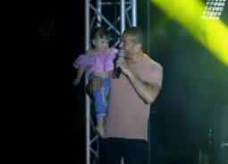 عمرو دياب مع معجبته الصغيرة