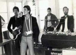 """""""حكاية 2"""".. تعرف على تاريخ فرقة (الديفلز) التي بدأ منها عمرو دياب في بورسعيد.. المطرب الأساسي"""