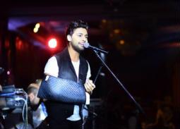 """رغم الكسر أحمد جمال يغني في حفل """"كونتاكت"""""""
