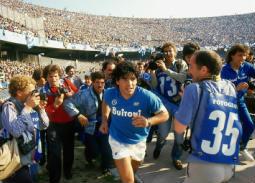 """كان 72: """"دييجو مارادونا"""".. صراع الموهوب والأسطورة"""