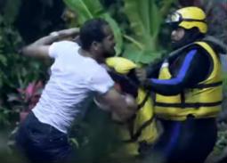 """بالفيديو- وليد سليمان يعتدي على فريق عمل رامز جلال بـ""""رامز في الشلال"""""""