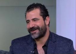 """بالفيديو- رد طريف من خطيبة محمود حافظ بعدما أخبرها بتأجيل الزفاف بسبب """"الممر"""""""