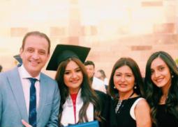 بالصور- دينا رامز وطارق علام يحتفلان بتخرج ابنتهما من الجامعة