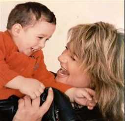 ليلى علوي وابنها خالد في طفولته