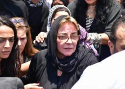 النجوم في جنازة الفنان عزت أبو عوف
