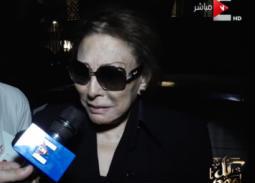 بالفيديو- بكاء لبنى عبد العزيز في عزاء عزت أبو عوف