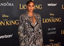 الفستان الذي اختارته بيونسيه لحضور العرض الأول من فيلم Lion King، من تصميم ألكسندر ماكوين