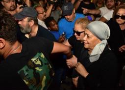 بالصور- لحظة وصول سمية الألفي إلى جنازة فاروق الفيشاوي