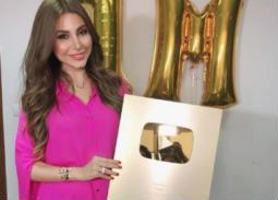 صورة- يارا تحتفل بحصولها على الدرع الذهبي من YouTube