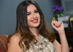 بالصور- ياسمين عبد العزيز أنيقة في جلسة تصوير جديدة