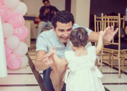 صورة- محمد أنور يحتفل بعيد ميلاد ابنته
