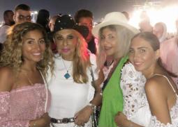 صورة- دينا الشربيني ونادية الجندي في حفل عمرو دياب بالعلمين الجديدة