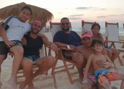 صورة- محمد إمام مع أحمد رزق وأولاده في المصيف