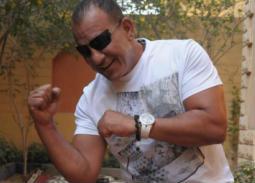 بالفيديو- محمد لطفي يعلم ابنه الملاكمة