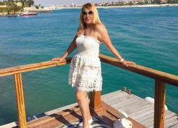 بالصور- نادية الجندي تستمتع بالصيف أمام البحر