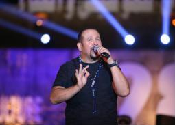 بالصور- هشام عباس يهدي أحدث أغانية لجمهور مهرجان القلعة
