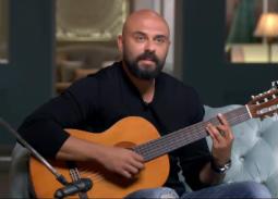 فيديو- أحمد صلاح حسني يشارك جمهوره بدندنة على الجيتار