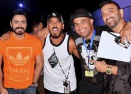 بالفيديو- تامر حسني مع كريم محسن وحسام الحسيني في بروفات حفل الساحل