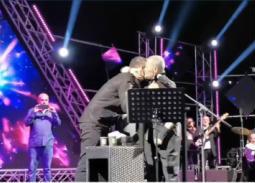 بالفيديو- مطرب لبناني يفاجئ جورج وسوف بتقبيل يده على المسرح