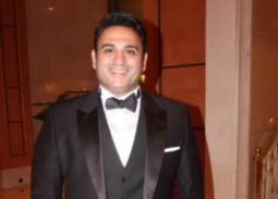 """بالفيديو- أكرم حسني يغني """"السأسأينا"""" في حفل زفاف أحمد فهمي وهنا الزاهد"""
