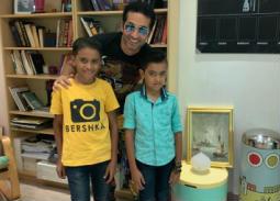 صورة- عمرو سعد مع ابني شهيدة حادث دير الأنبا صموئيل