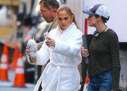 """صور- جينيفر لوبيز تغادر الفندق في مانهاتن بـ""""برنس الحمام"""""""