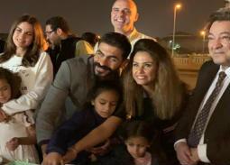 """بالفيديو- زوجة خالد سليم وابنتاه يحتفلن بعيد ميلاده في كوليس """"بلا دليل"""""""