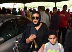 فيديو- بكاء ناهد السباعي في جنازة هيثم أحمد زكي