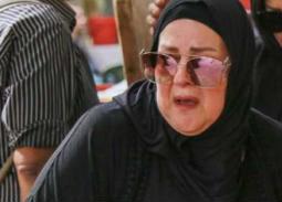 بالفيديو -  دلال عبد العزيز تنهار باكية في جنازة هيثم أحمد زكي