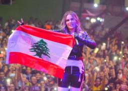نيكول سابا بالعلم اللبناني