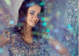 بالصور- درة بفستان من زجاجات المياه البلاستيك.. هل تتبعها الفنانات؟