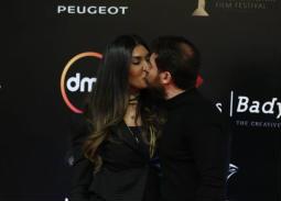 بالصور- قبلة حسام الجندي لزوجته في ظهورهما الأول بعد أيام من الزواج