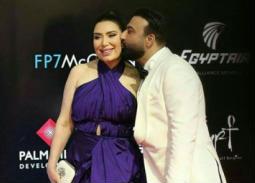 على خطى الفيشاوي.. عبير صبري وزوجها يتبادلان القبلات على السجادة الحمراء