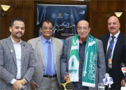 بالصور- منح جلال الشرقاوي وشاح جامعة الملك عبد العزيز