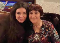 بالصور والفيديو- دينا تحتفل بعيد ميلاد والدتها