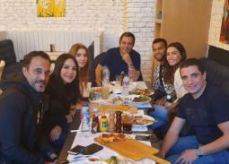 بالصور- داني ألفيس مع يوسف الشريف وزوجته على العشاء
