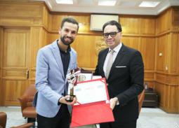 بعد فوزه بلقب أحلى صوت… وزير الشئون الثقافية بتونس يكرم مهدي عياشي