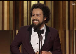"""بالفيديو- لحظة فوز المصري رامي يوسف بـGolden Globes .. موسيقى """"الكاميرا في الملعب"""" في الخلفية"""