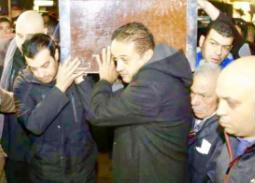 إيهاب توفيق يحمل نعش والده