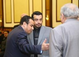 بالصور- برودة الجو السبب وراء تغيير إيهاب توفيق ثيابه في عزاء والده
