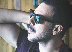 باسل خياط يستمتع بالصيف على شاطئ البحر