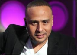 فيديو - محمود عبد المغني يحلق شعر ابنه بطريقة غريبة