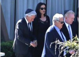صور- كاثرين زيتا جونز تتأثر وتحتضن زوجها في جنازة كيرك دوجلاس