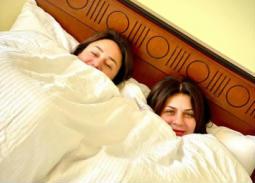 بالصور- النوم سلطان... نجلاء بدر وإنجي علي في السرير