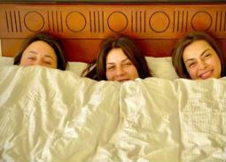 بالصور- 3 فنانات في سرير واحد
