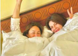 """فيديو- خاص """"في الفن"""": تعليق نجلاء بدر على صورتها مع إنجي علي وداليا مصطفى على السرير"""