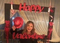 """نشرت الفنانة ليلى علوي صورتها وهي ممسكة بإطار مكتوب عليه """"عيد حب سعيد"""""""